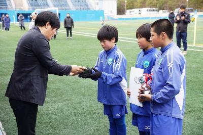 石日杯・明治高杯サッカー 初蹴りに10チーム出場 新春に響く「ゴール」