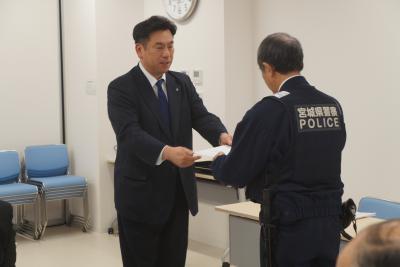 須田町長から委員に委嘱状が交付さ...