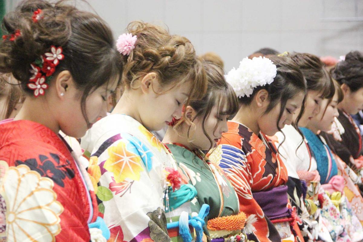 式に先立って東日本大震災犠牲者に黙とうを捧げた(7日、石巻地区)