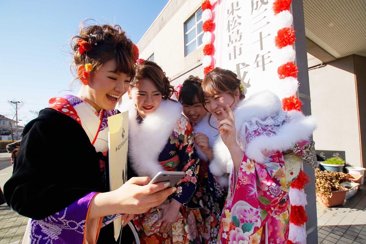 仲良しメンバーがそろい、満面の笑み (7日、東松島市)