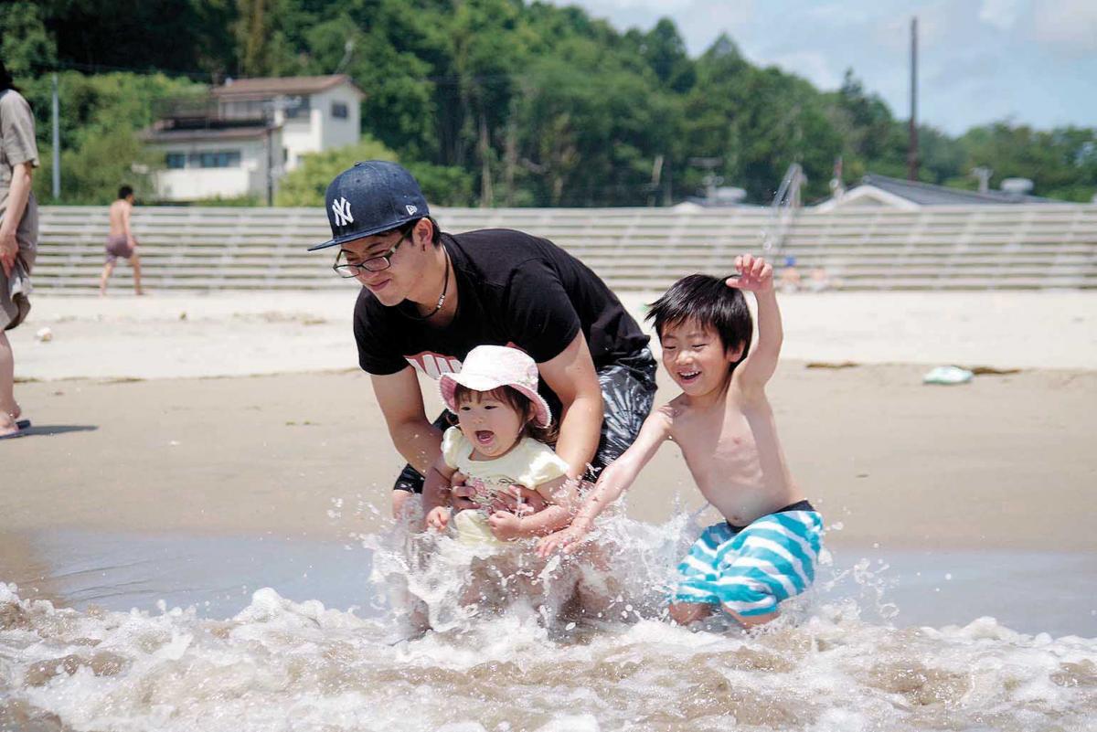 月浜海水浴場で海開き 夏一番乗り!弾ける笑顔 波とたわむれ水しぶき ...